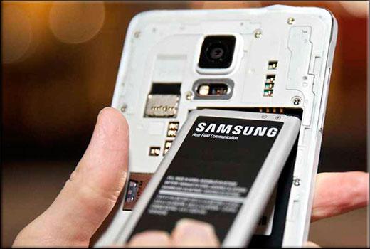 Вытащить батарейку из телефона самсунг